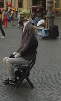 Ouille, celui-là a perdu sa tête, mais pas son chapeau !