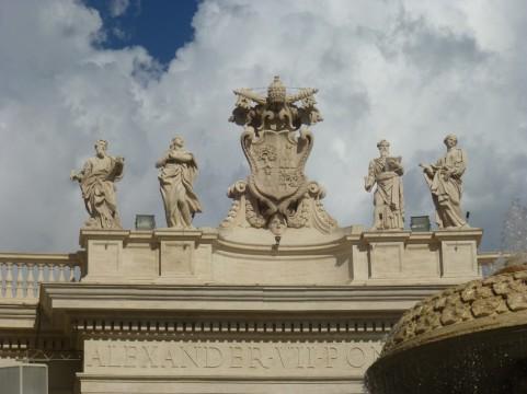 Les statues et les armoiries sur la colonnade de la place Saint-Pierre