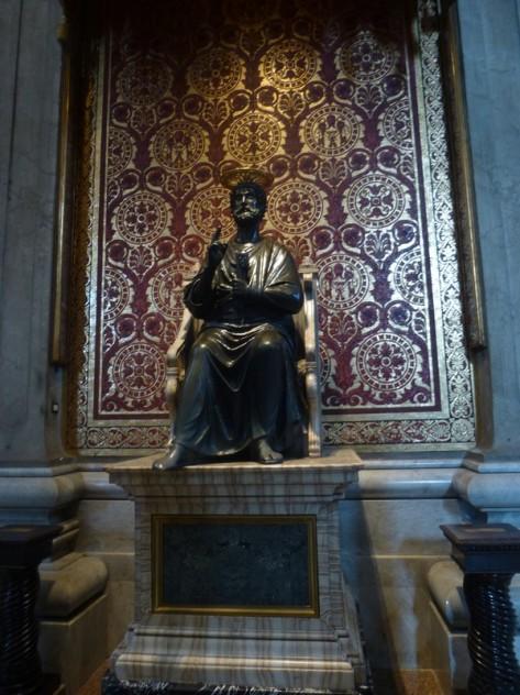 """La statue de saint Pierre, au pied """"frotté"""""""