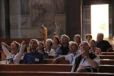 Un groupe regardant vers le Ciel...
